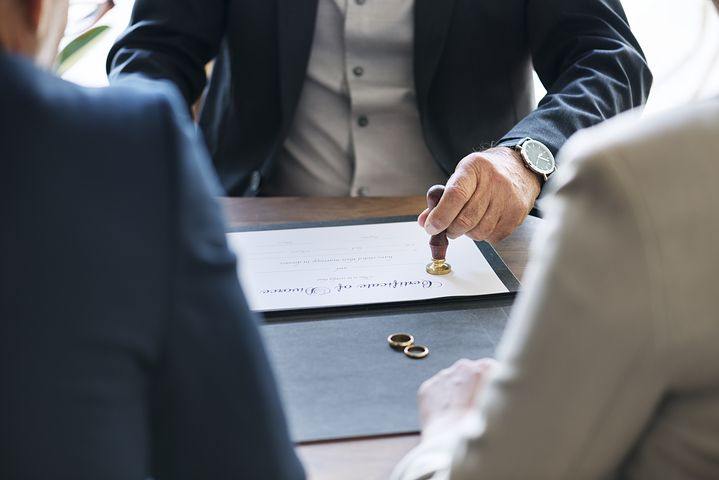 Divorce lawyer in Sydney assisting a couple on their separation